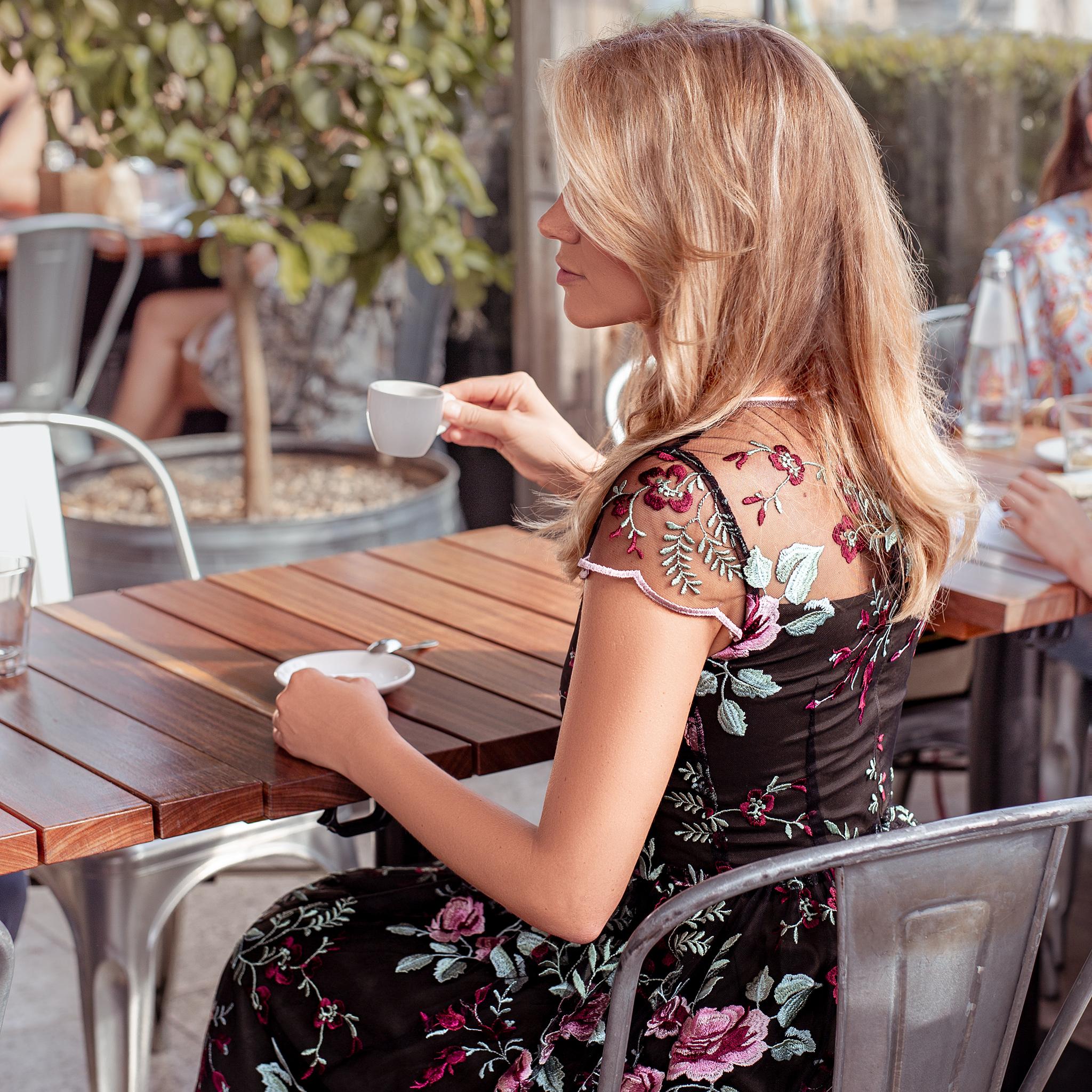 ce1d30c3 Długa haftowana sukienka w kwiaty Naomi Swing