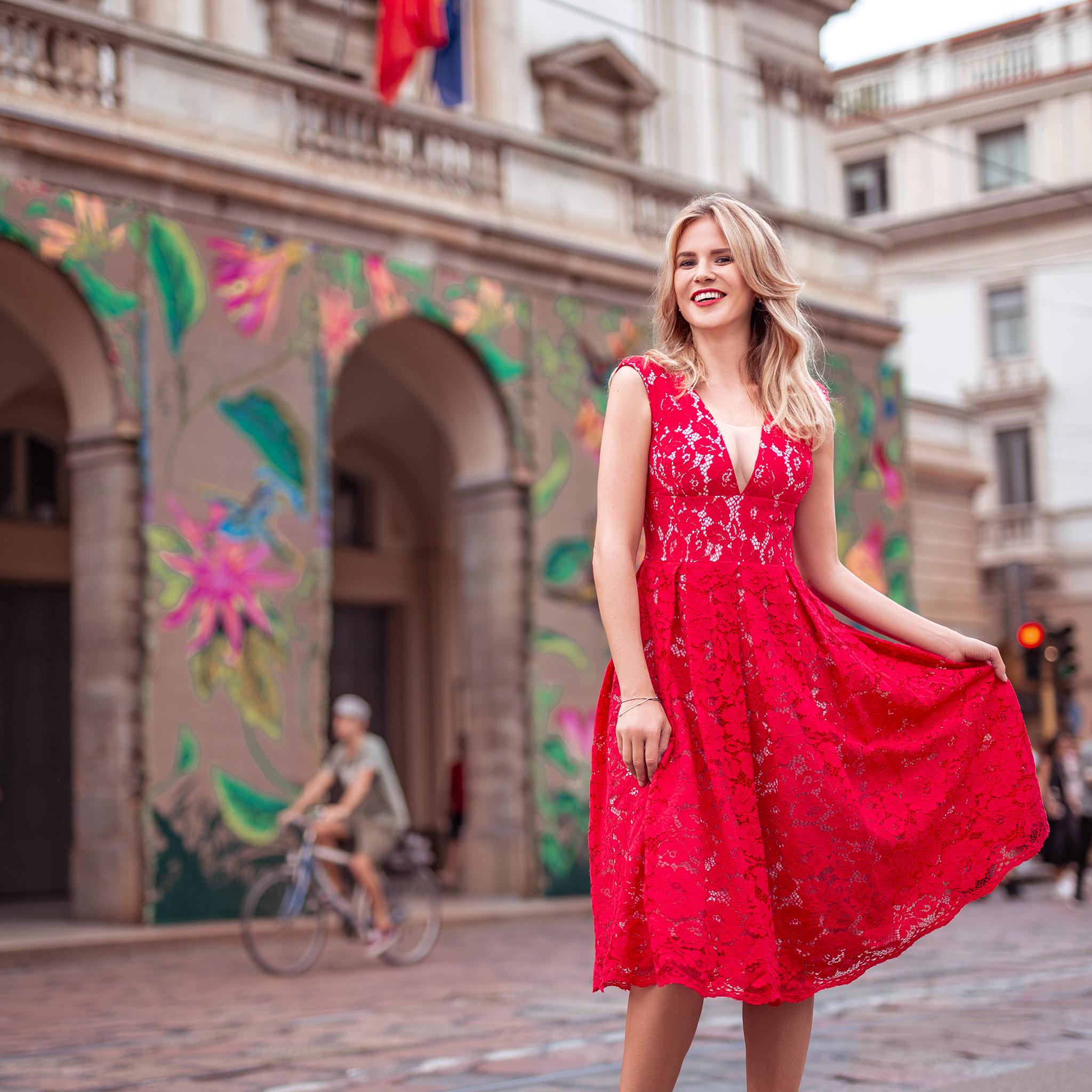 c192618176b51c Czerwona sukienka midi z głębokim dekoltem Ramona II Swing SWING ...