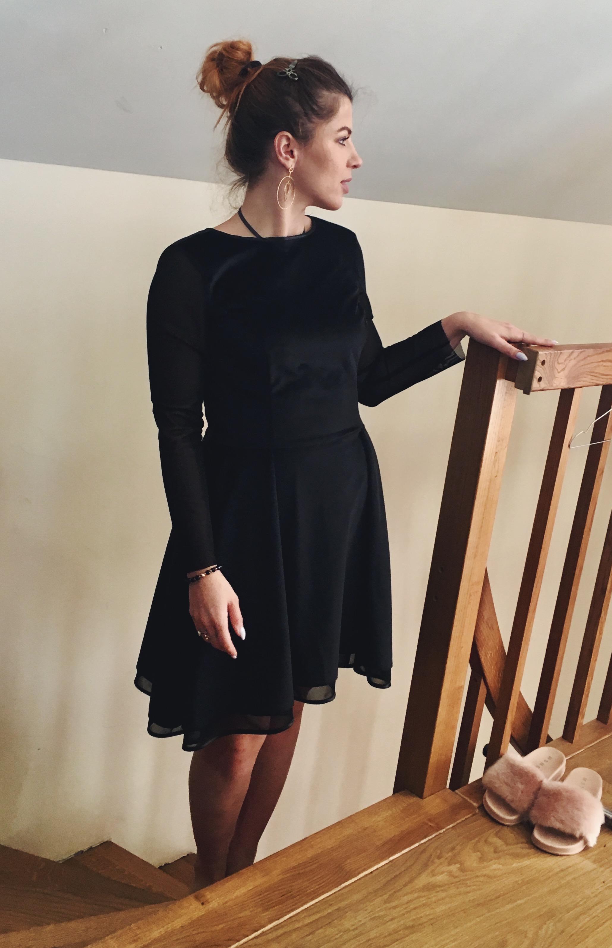 24c4bab5c5f6b2 Czarna asymetryczna sukienka z aksamitu i rękawami z siatki Montana by SWING