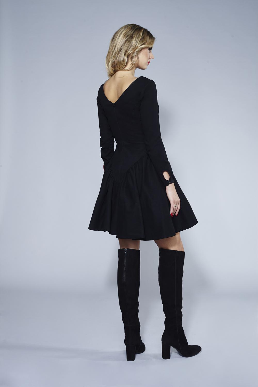 Czarna rozkloszowana sukienka FLOWER z długim rękawem by Swing