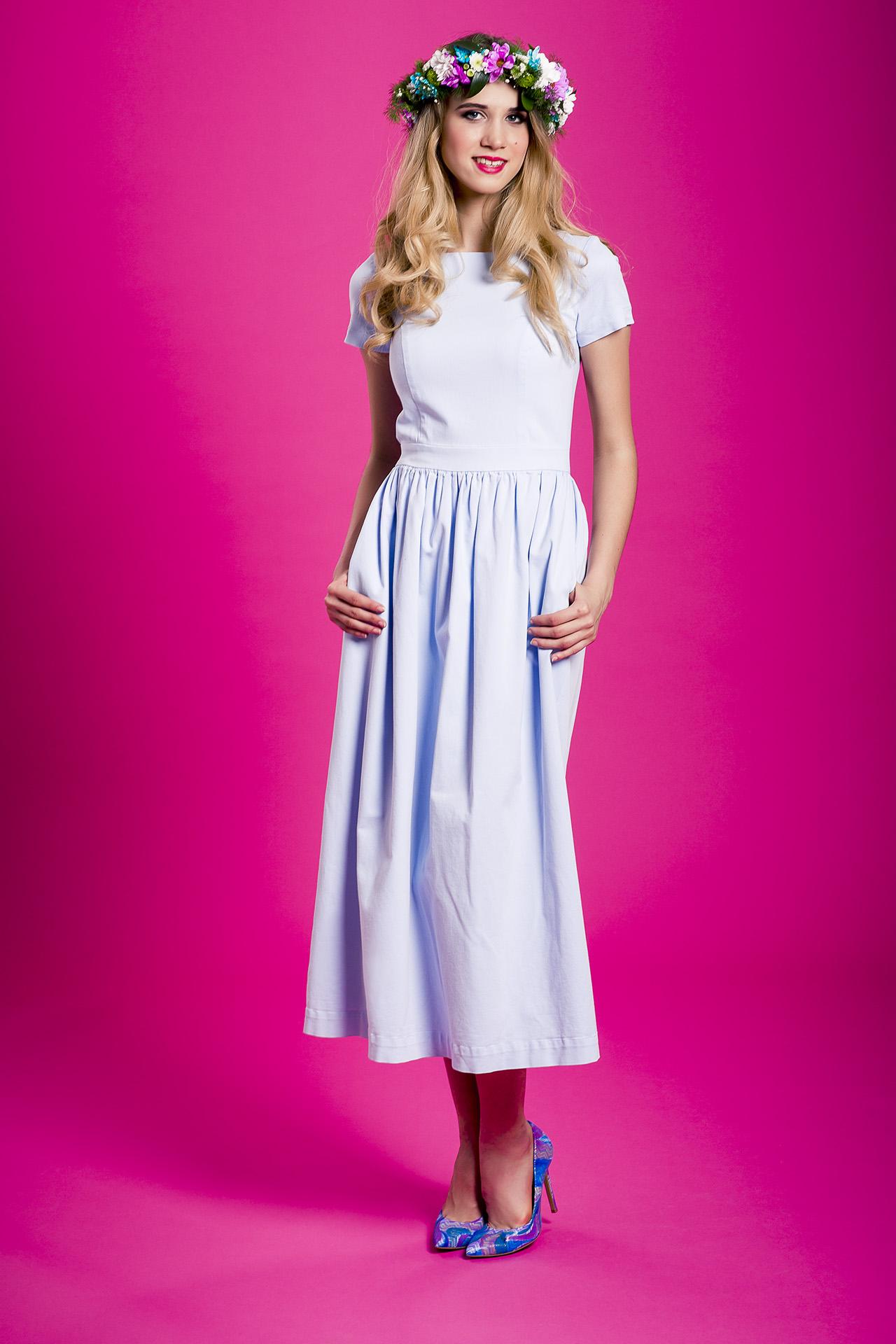 196de6bce1 Błękitna rozkloszowana sukienka Baby Blue maxi by Swing SWING ...