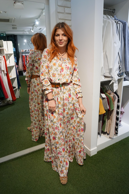 47555876 Długa sukienka maxi w kolorowe kwiaty Cristina Swing