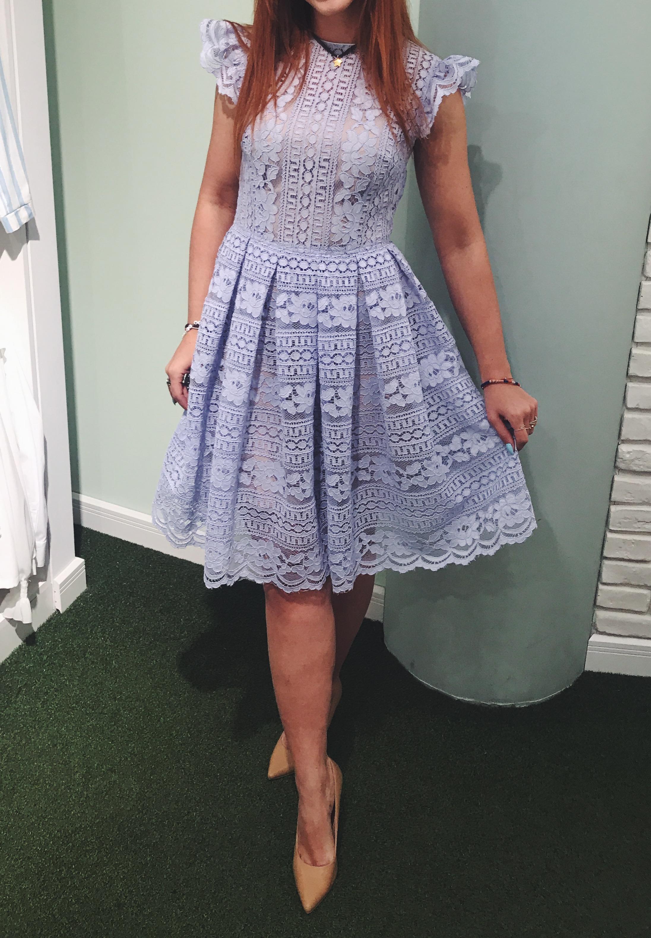 bfd74b32e6 ... Błękitna koronkowa sukienka midi SOFIA Swing. Dostępność  na wyczerpaniu