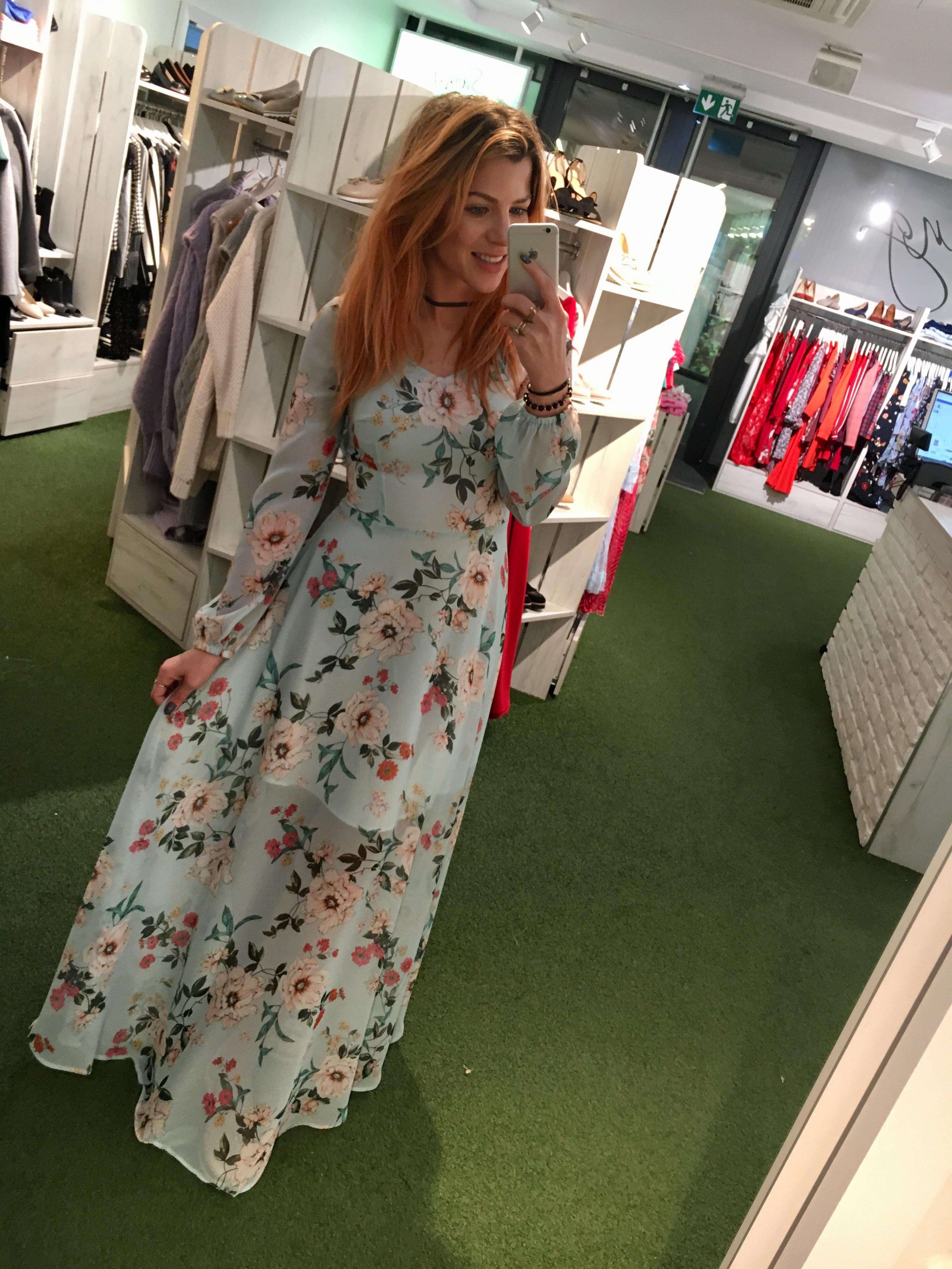 754b9c20 Długa błękitna szyfonowa sukienka w kwiaty Carmen by Swing