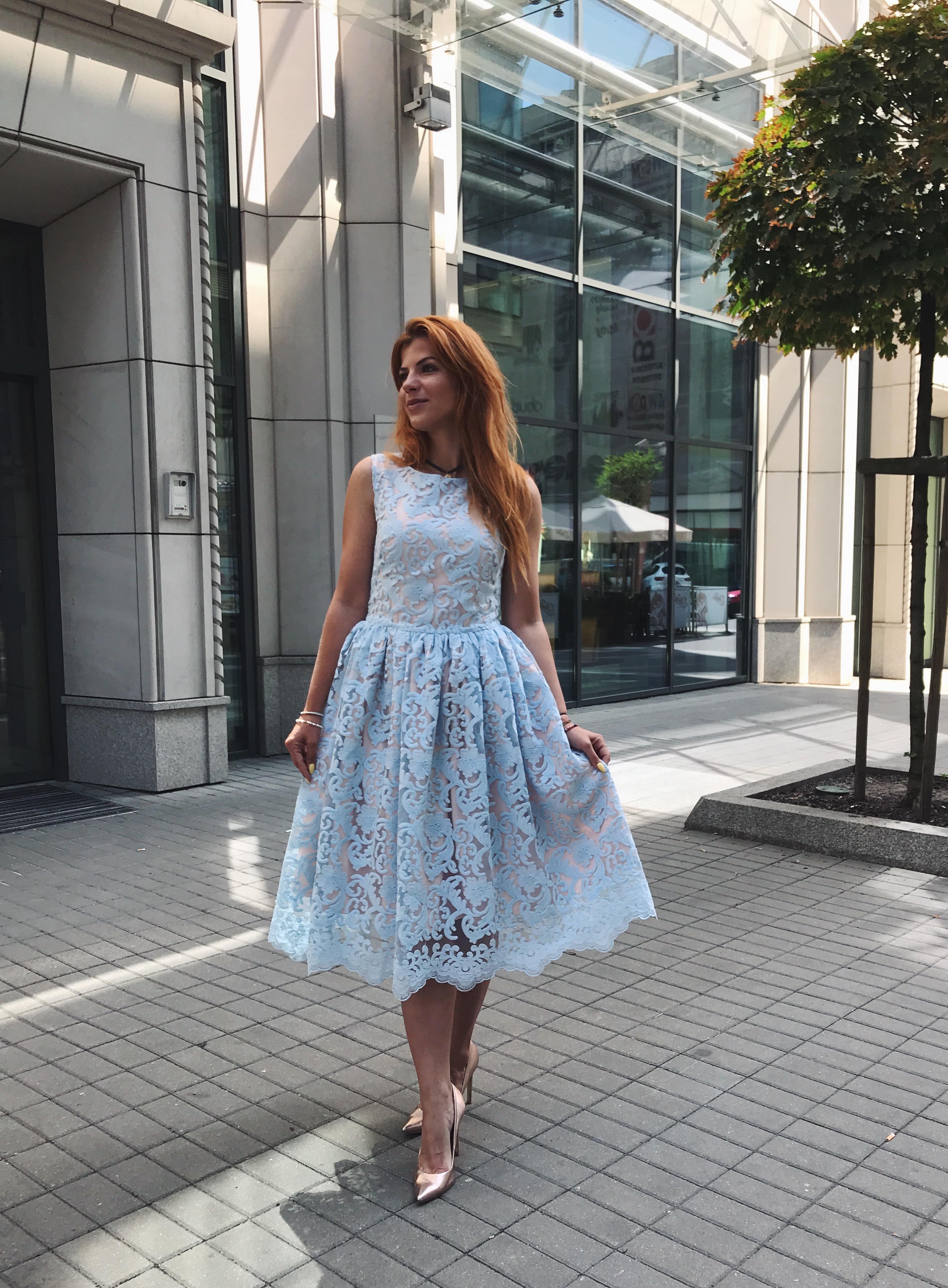 Błękitna koronkowa sukienka midi CHERRY SWING