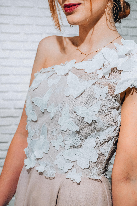 728380a01f ... Pudrowo różowa sukienka na jedno ramię z ozdobnymi haftowanymi motylami  Clara by Swing PRZEDSPRZEDAŻ