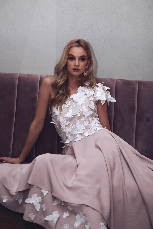 3b6cf36015 Pudrowo różowa sukienka na jedno ramię z ozdobnymi haftowanymi motylami  Clara by Swing